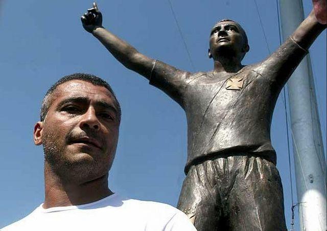 Статуя Ромарио в Рио